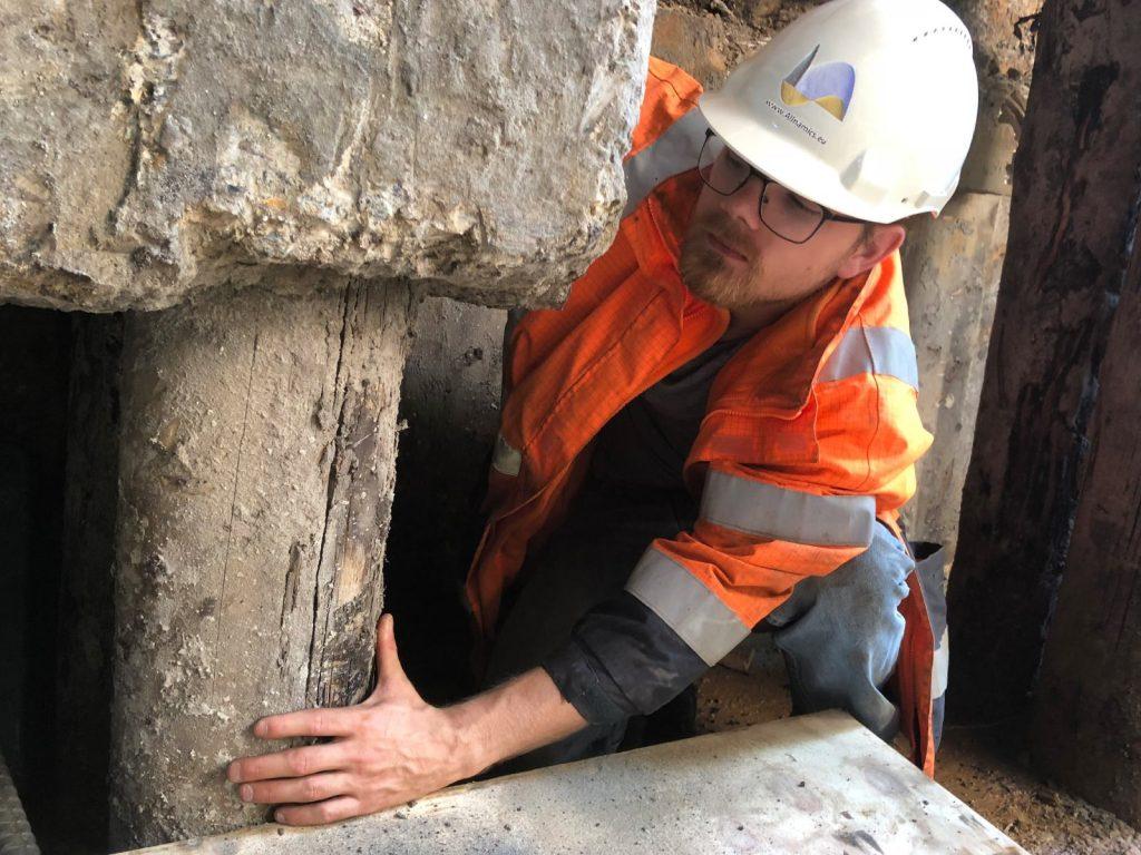 Visuele inspectie als onderdeel van een totaal funderingsonderzoek van Allnamics: ook onder de vloer moet de fundering worden geinspecteerd en zonodig getest